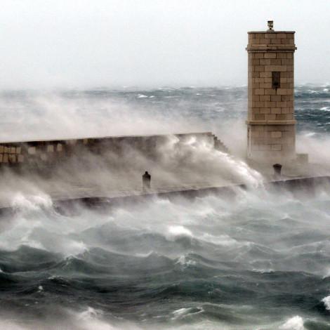 Senj, 14.11.2004 - Orkanska bura na Jadranu. Prema podacima DHMZ-a vjetar je u najbržem naletu puhao 234 km/h. Canon EOS 1D, Canon EF 70-200mm f2.8 L USM 1/800 sec, f5.6, ISO 400 ASA