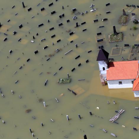 Gunja, 23.05.2014 - Pogled iz zraka na poplavljenu crkvu i groblje u selu Gunja u vukovarsko-srijemskoj županiji nakon katastrofalnih poplava koje su pogodile Hrvatsku, Srbiju i BiH. Fotografija nagrađena nekoliko puta u Hrvatskoj i svijetu. Canon EOS 5D Mark III, Canon EF 70-200mm f2.8 L USM IS 1/1600 sec, f8.0, ISO 500 ASA