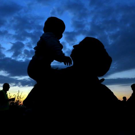 Bapska, 23.09.2015 - Sirijska žena drži svog sina na rukama u blizini graničnog prijelaza Bapska. Tisuće ljudi još uvijek prelazi granicu između Srbije i Hrvatske. foto HINA/ Damir SENČAR /ds Canon EOS 5D Mark III Canon EF 17-40mm f4.0 L USM 1/125 sec, f7.1 ISO 2500 ASA